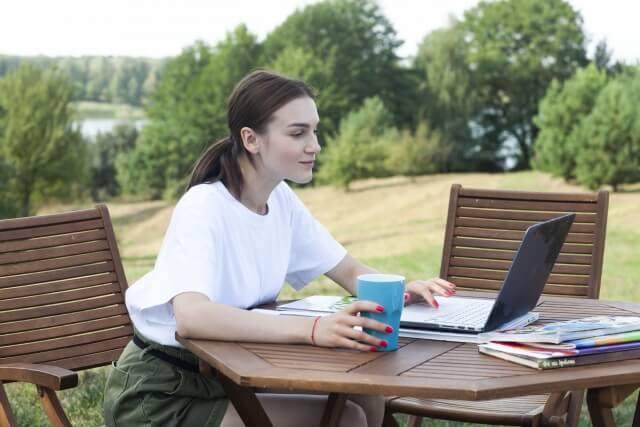 女性がパソコンで勉強している