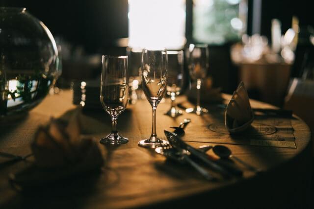 机の上のワイングラス